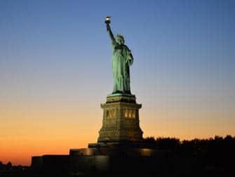 Cruise i skumringen i New York - Frihedsgudinden ved solnedgang