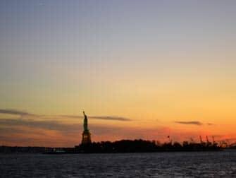 Cruise i skumringen i New York - Solnedgang over New York