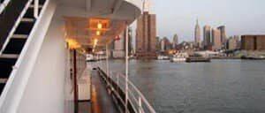 Cruise om aftenen i New York
