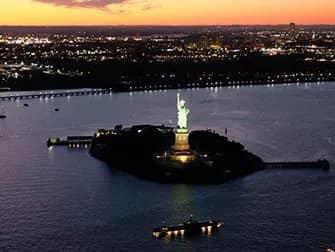 Helikoptertur om aftenen og sightseeing-cruise i New York - Frihedsgudinden fra luften