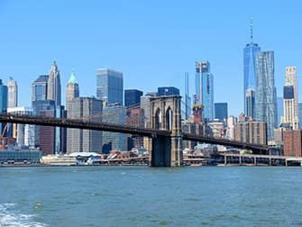 NYC Ferry i New York - Brooklyn Bridge