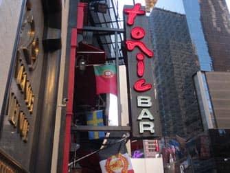 De bedste barer at se fodbold på i New York - Tonic Bar skilt